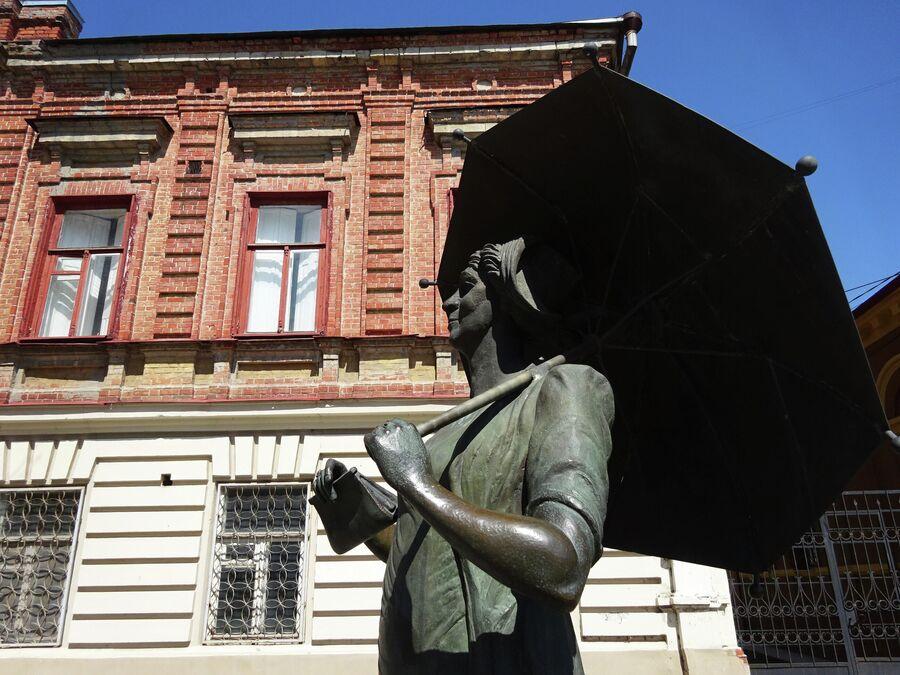 Памятник Фаине Раневской у дома, где она жила