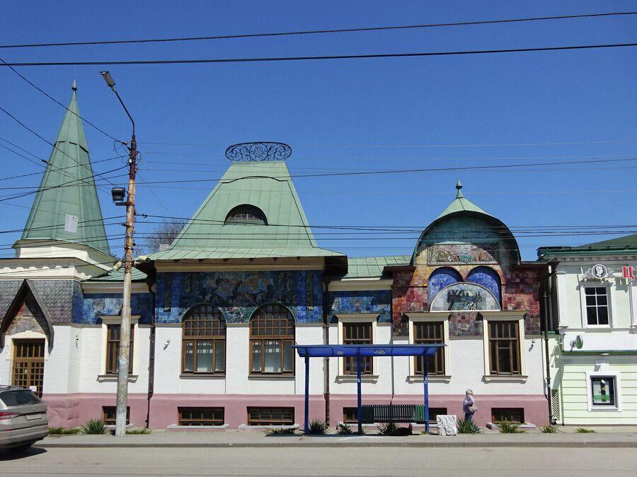 Особняк Шаронова, построенный в 1912 году, напоминает московским туристам здание Ярославского вокзала