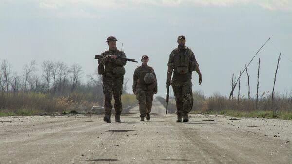 Украинские военные на дороге в районе линии соприкосновения в Донецкой области