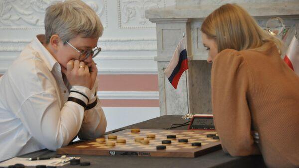 Российская шашистка Тамара Тансыккужина и представительница Польши Наталья Садовская