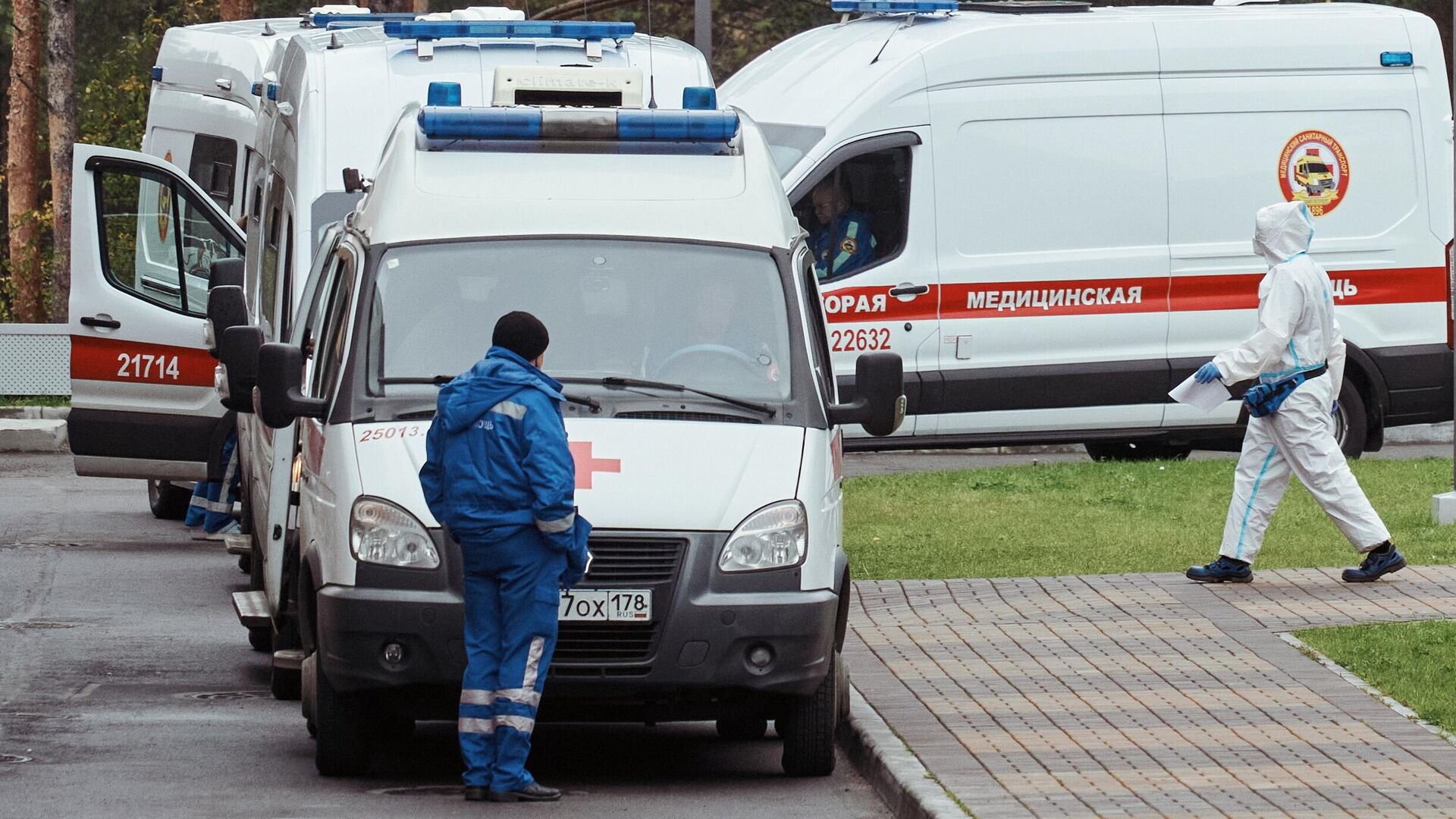 Очередь из машин скорой медицинской помощи у поликлиники №68 города Сестрорецке - РИА Новости, 1920, 08.05.2021