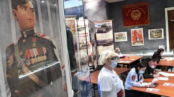 Участники Международной просветительско-патриотической акции Диктант Победы 2021, посвященной 76-й годовщине Победы в Великой Отечественной войне, в Музее-мемориале Великой Отечественной войны 1941-1945 годов в Казани