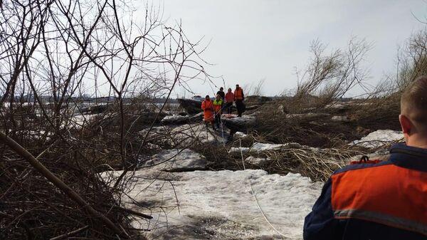 Спасатели Томской областной поисково-спасательной службы эвакуировали четверых подростков с льдины на Томи в центре Томска