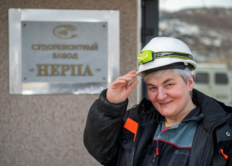 Яна Смирнова у входа в судоремонтный завод ''Нерпа''