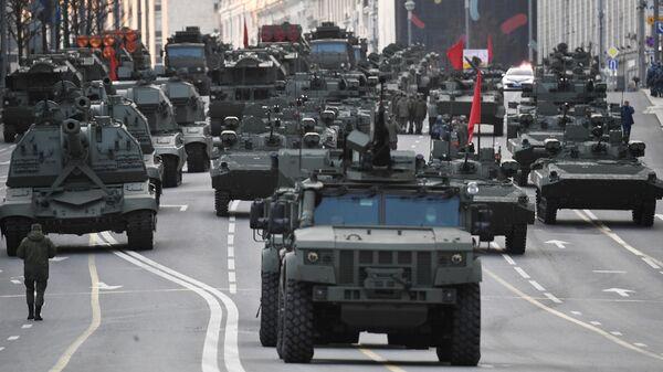На первом плане - бронеавтомобиль КамАЗ 4386 Тайфун на репетиции парада к 76-й годовщине Победы в Великой Отечественной войне на Тверской улице в Москве