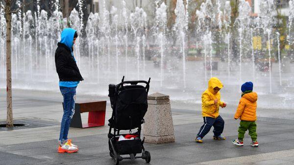 Женщина с детьми во время прогулки