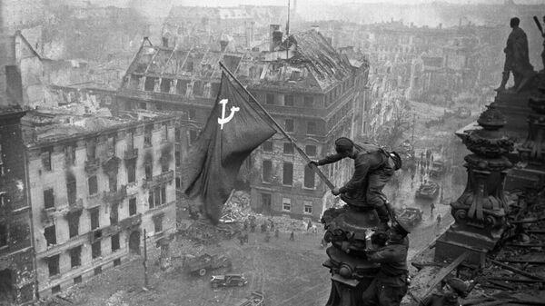 Знамя Победы на здании Рейхстага в Берлине