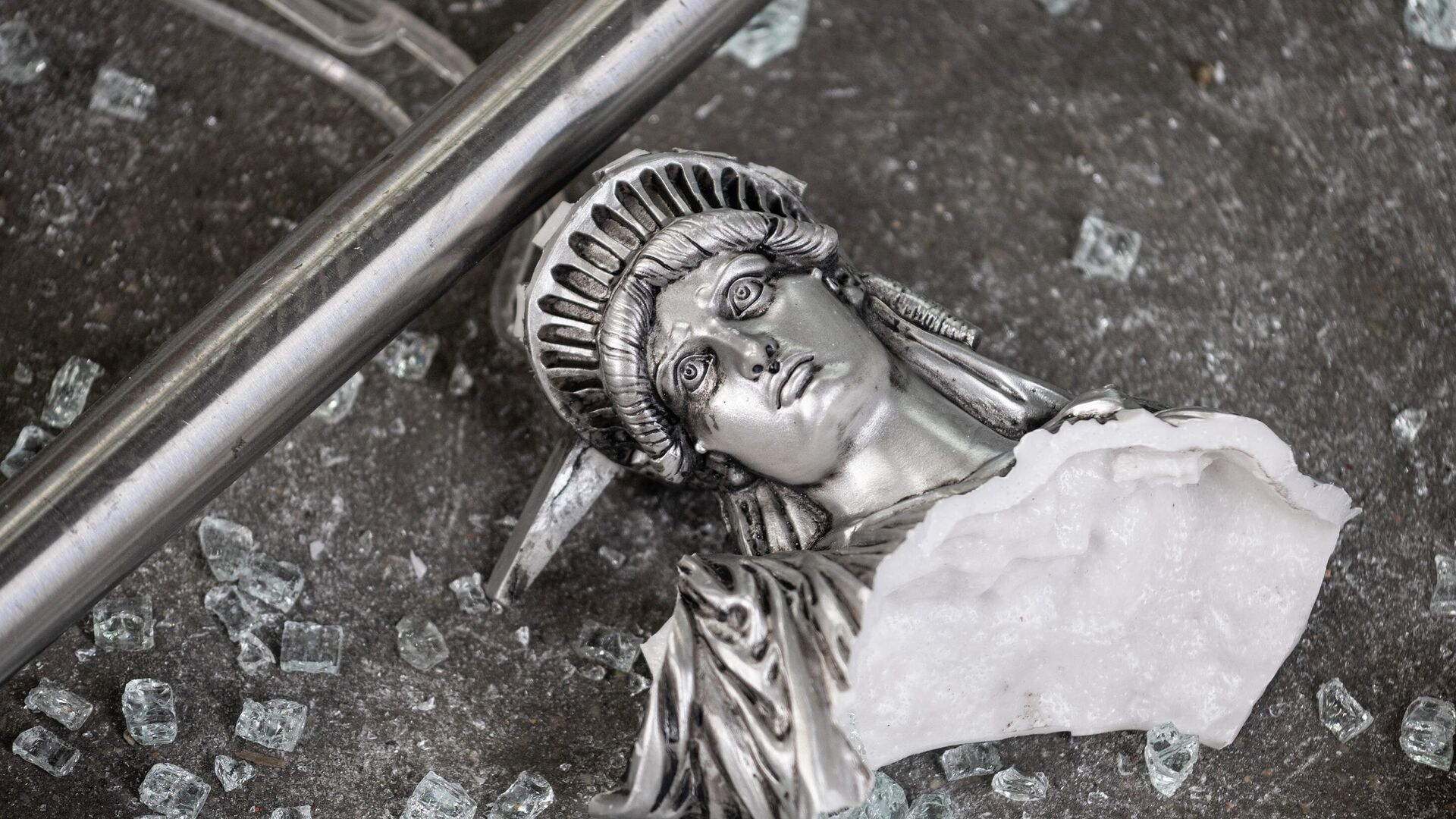 Разбитая фигура Статуи Свободы  - РИА Новости, 1920, 01.05.2021