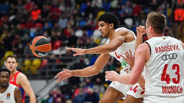 Игрок БК Бавария Саша Грант (в центре) в матче 23-го тура регулярного чемпионата мужской баскетбольной Евролиги сезона 2020/2021 между ПБК ЦСКА (Москва, Россия) и БК Бавария (Мюнхен, Германия).
