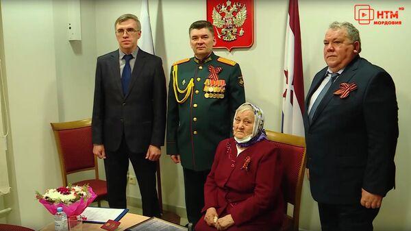 Дочери погибшего участника Великой Отечественной войны красноармейца Ибрагима Богданова вручили удостоверение к государственной награде