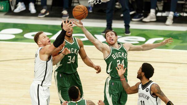 Игровой момент матча НБА Милуоки - Бруклин