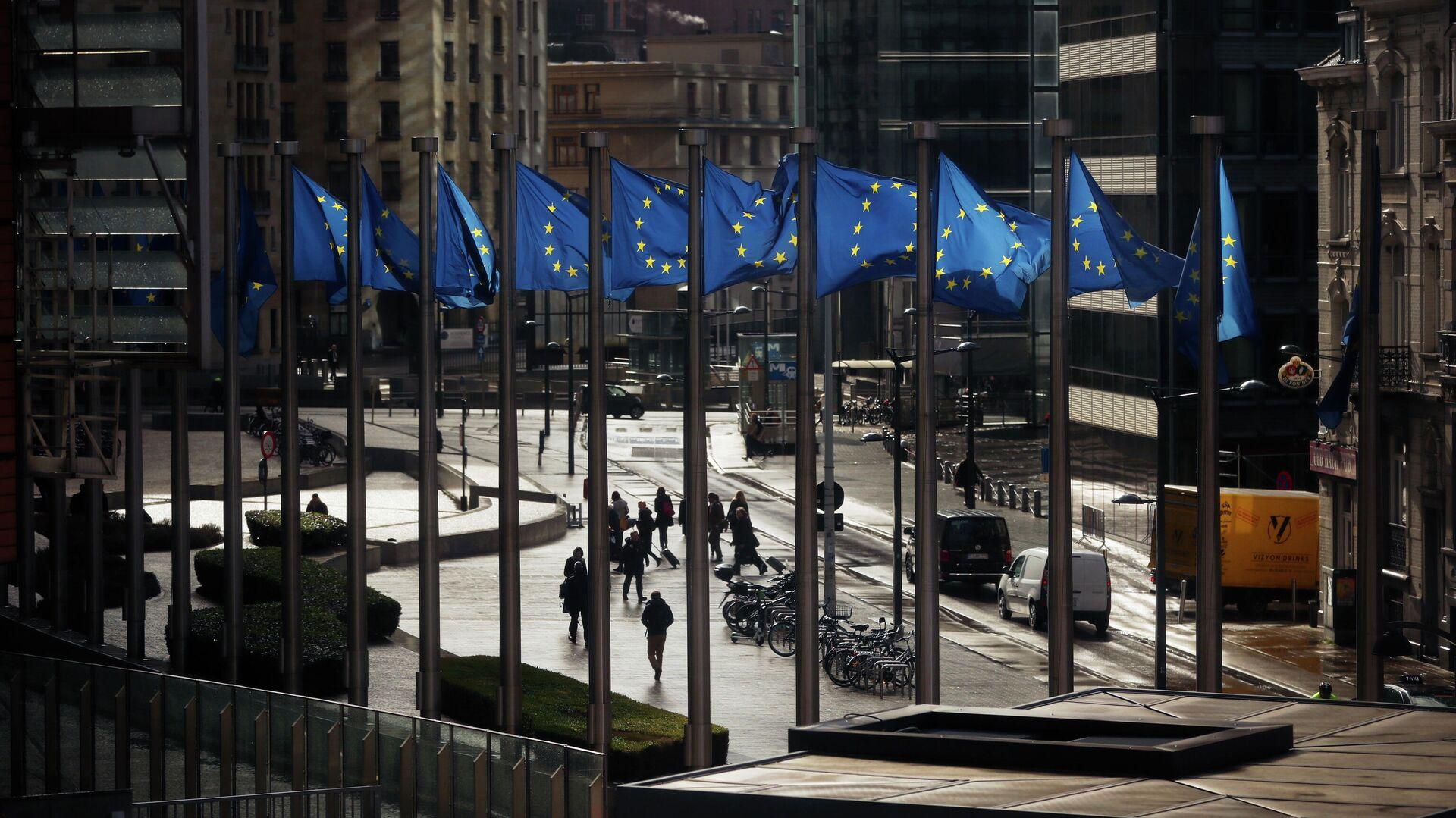 Флаги Евросоюза у здания Европейской комиссии в Брюсселе - РИА Новости, 1920, 04.05.2021