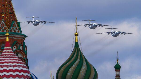 Тяжелые транспортные самолеты Ил-76 в небе во время репетиции воздушной части парада в честь 76-летия Победы в Великой Отечественной войне в Москве