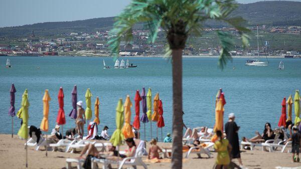 Отдыхающие на пляже в Геленджике