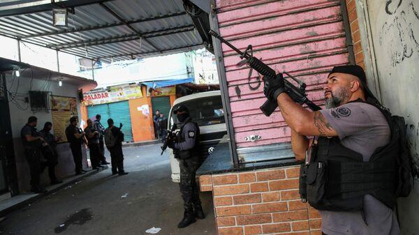 Полицейская операция по борьбе с незаконным оборотом наркотиков в районе Жакарезинью в Рио-де-Жанейро, Бразилия