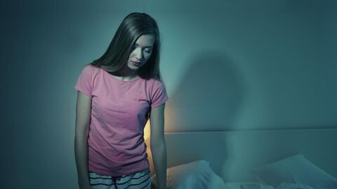 Девушка, страдающий сомнамбулизмом