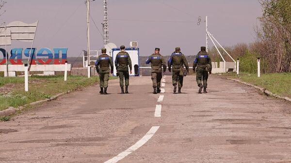 Работа офицеров представительства ЛНР в совместном центре по контролю и координации режима прекращения огня в районе линии боевого соприкосновения