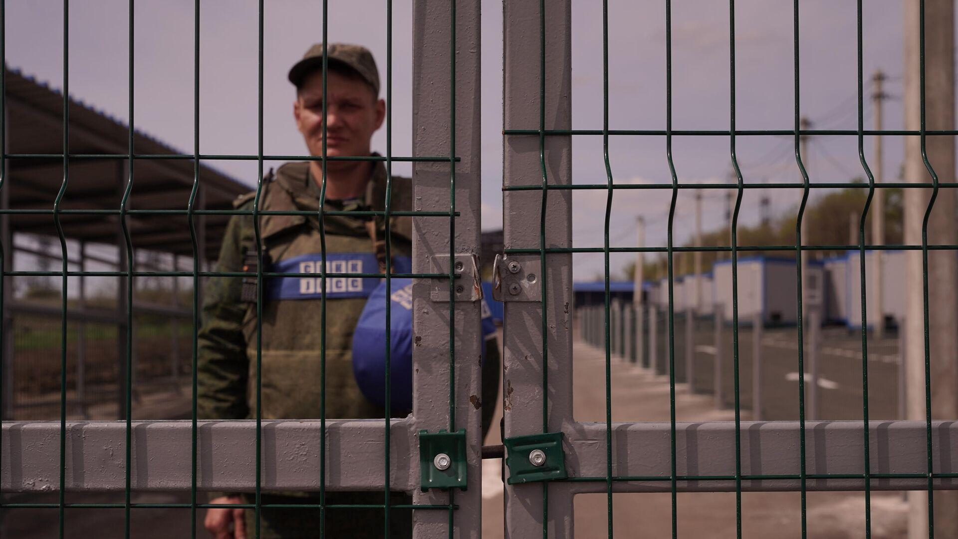 Ворота КПВВ Золотое в ЛНР в районе линии боевого соприкосновения  - РИА Новости, 1920, 13.05.2021