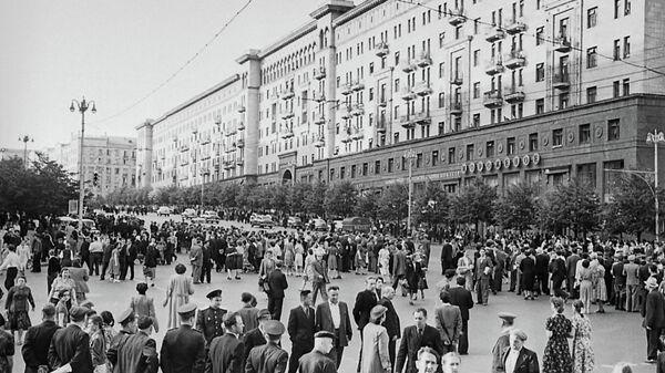 Народные гулянья на улице Горького. Май 1945 г. Фото Г.В. Корабельникова.