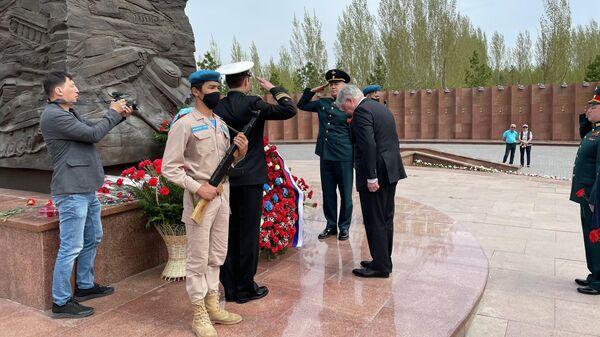 Посол России возложил в Нур-Султане цветы к памятнику генералу Панфилову