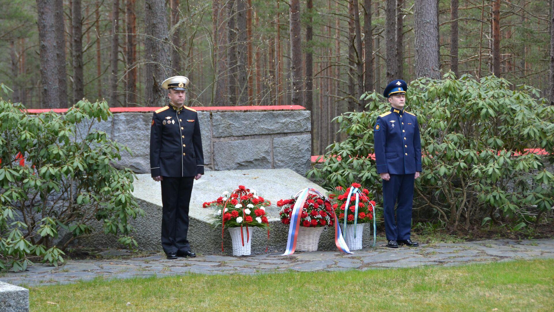 Торжественная церемония возложения цветов к монументу павшим советским воинам в Ханко, Финляндия - РИА Новости, 1920, 09.05.2021