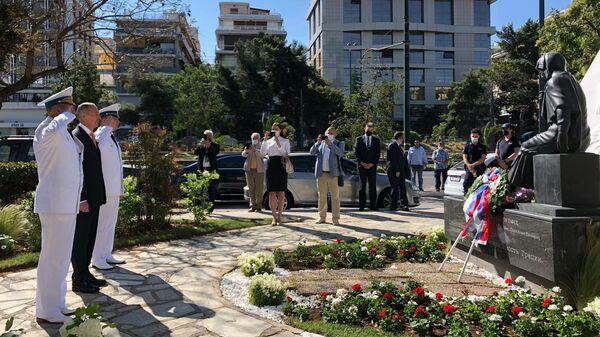 Возложение цветов к памятнику советским воинам, павшим за свободу и независимость Греции, на проспекте Сингру в Афинах