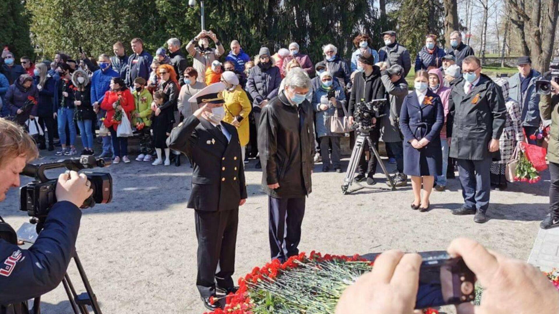 Российские дипломаты во главе с послом Александром Петровым 9 мая возложили венки и цветы к подножию памятника Воину-Освободителю в Таллине - РИА Новости, 1920, 09.05.2021