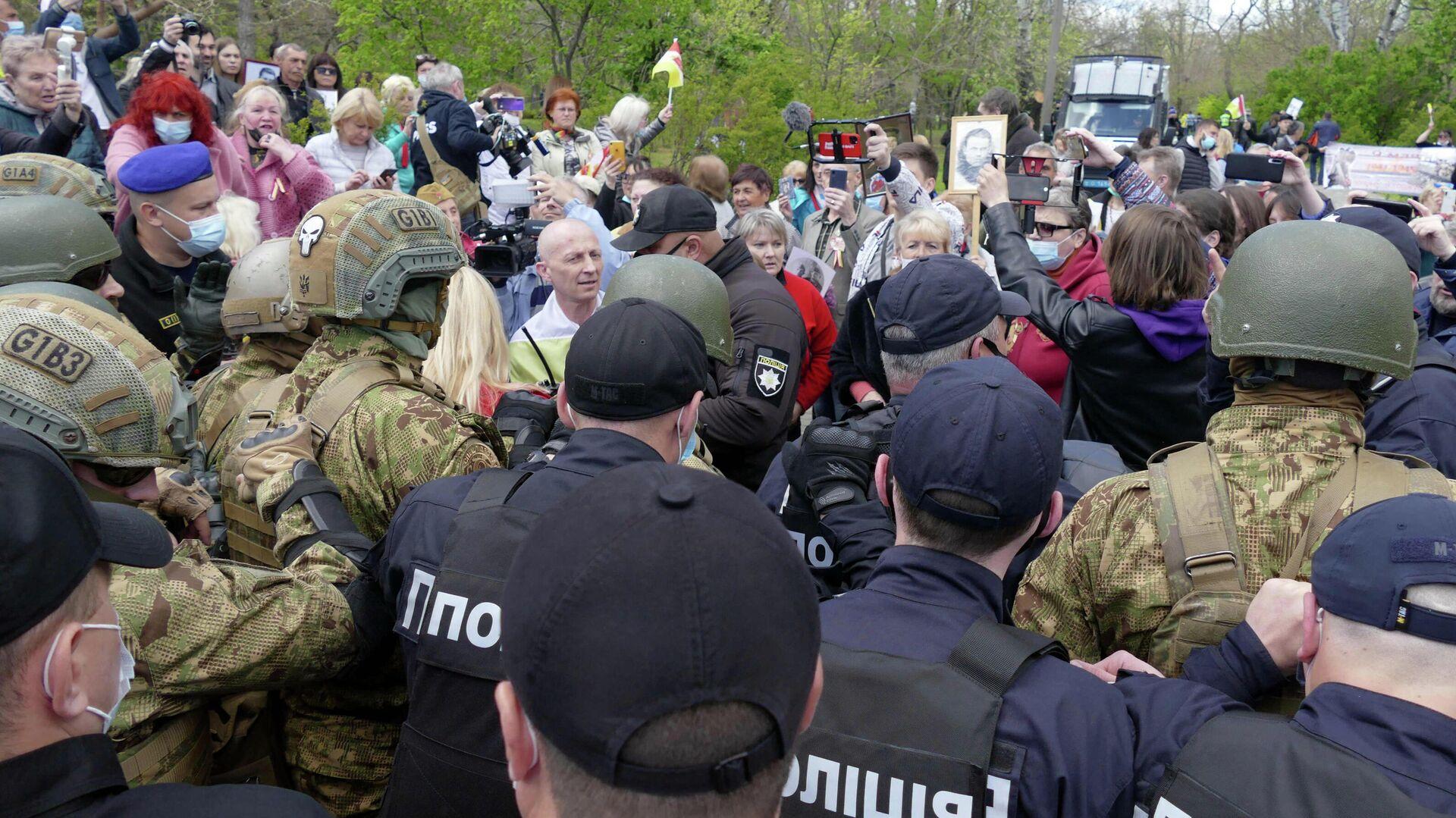 Сотрудники полиции и участники акции Бессмертный полк на аллее Славы в Одессе. 9 мая 2021 - РИА Новости, 1920, 09.05.2021