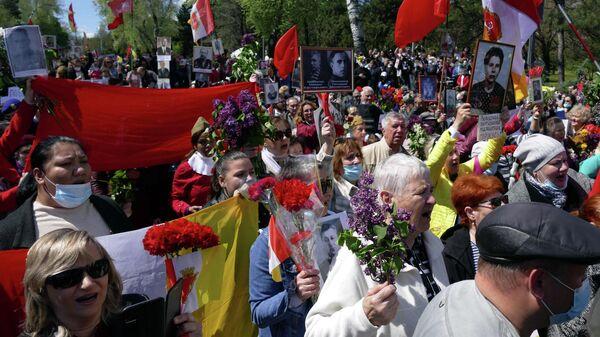 Участники акции Бессмертный полк на аллее Славы в Одессе