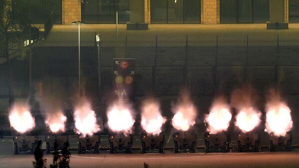 Орудия салютного дивизиона во время праздничного салюта в честь Дня Победы в Москве