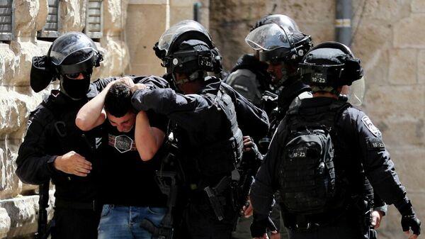 Сотрудники правоохранительных органов Израиля во время столкновений с протестующими возле мечети Аль-Акса в Иерусалиме