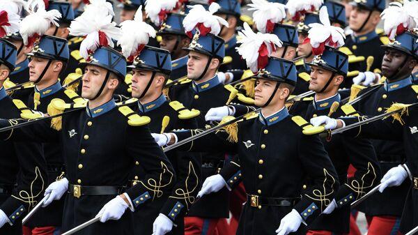 Ученики  cпециальноц военной школы Сен-Сира принимают участие в военном параде в честь Дня взятия Бастилии на Елисейских полях в Париже