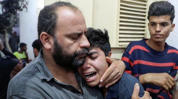 Родственники погибшего палестинца возле больницы в Секторе Газа. 10 мая 2021