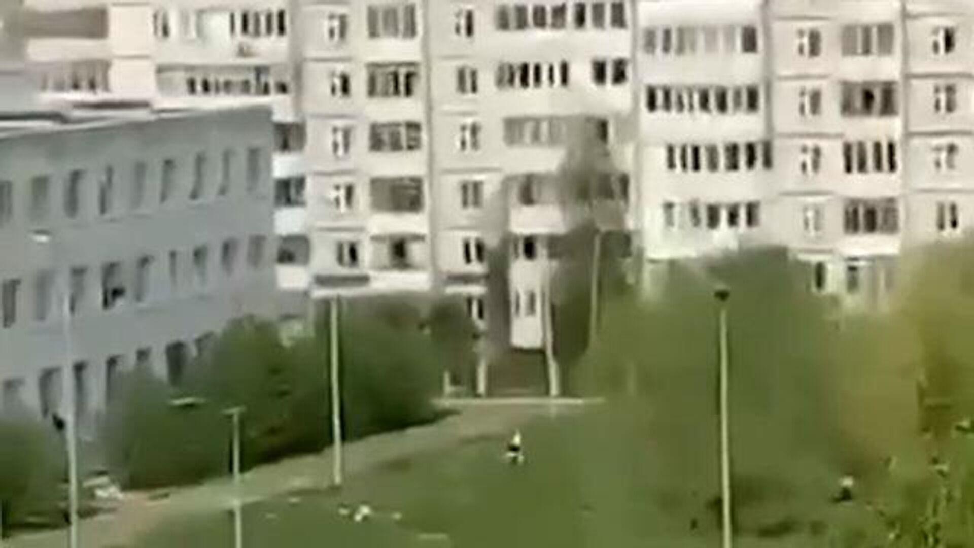 Дети спасаются, выпрыгивая из окон казанской школы. Кадры очевидцев - РИА Новости, 1920, 11.05.2021