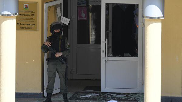 Сотрудник правоохранительных органов у школы в Казани, где произошла стрельба