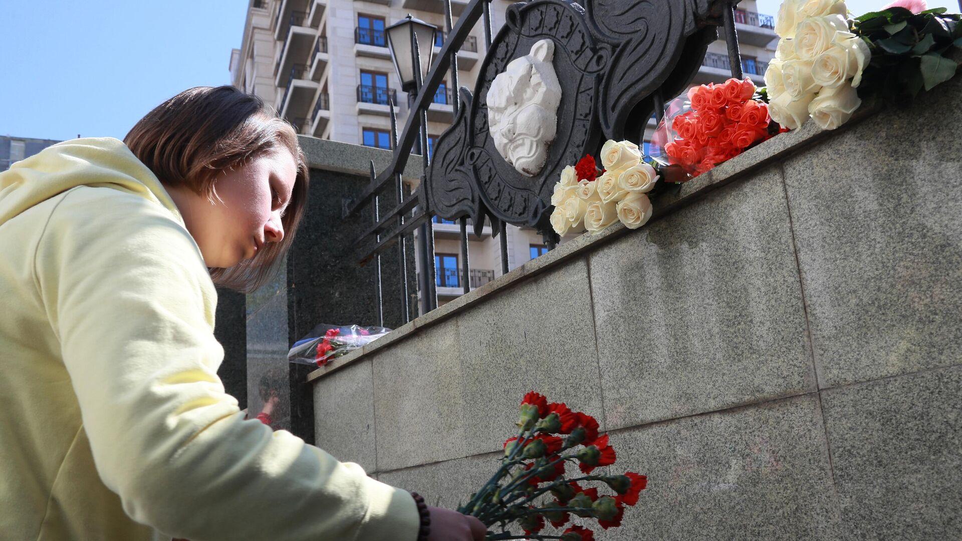 Девушка возлагает цветы в память о жертвах трагедии в казанской школе у здания Полномочного представительства Республики Татарстан в Российской Федерации в Москве - РИА Новости, 1920, 11.05.2021