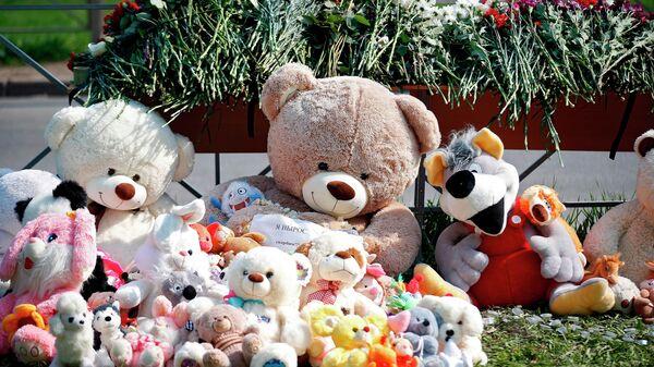 Цветы и мягкие игрушки у гимназии №175 на улице Джаудата Файзи в Казани