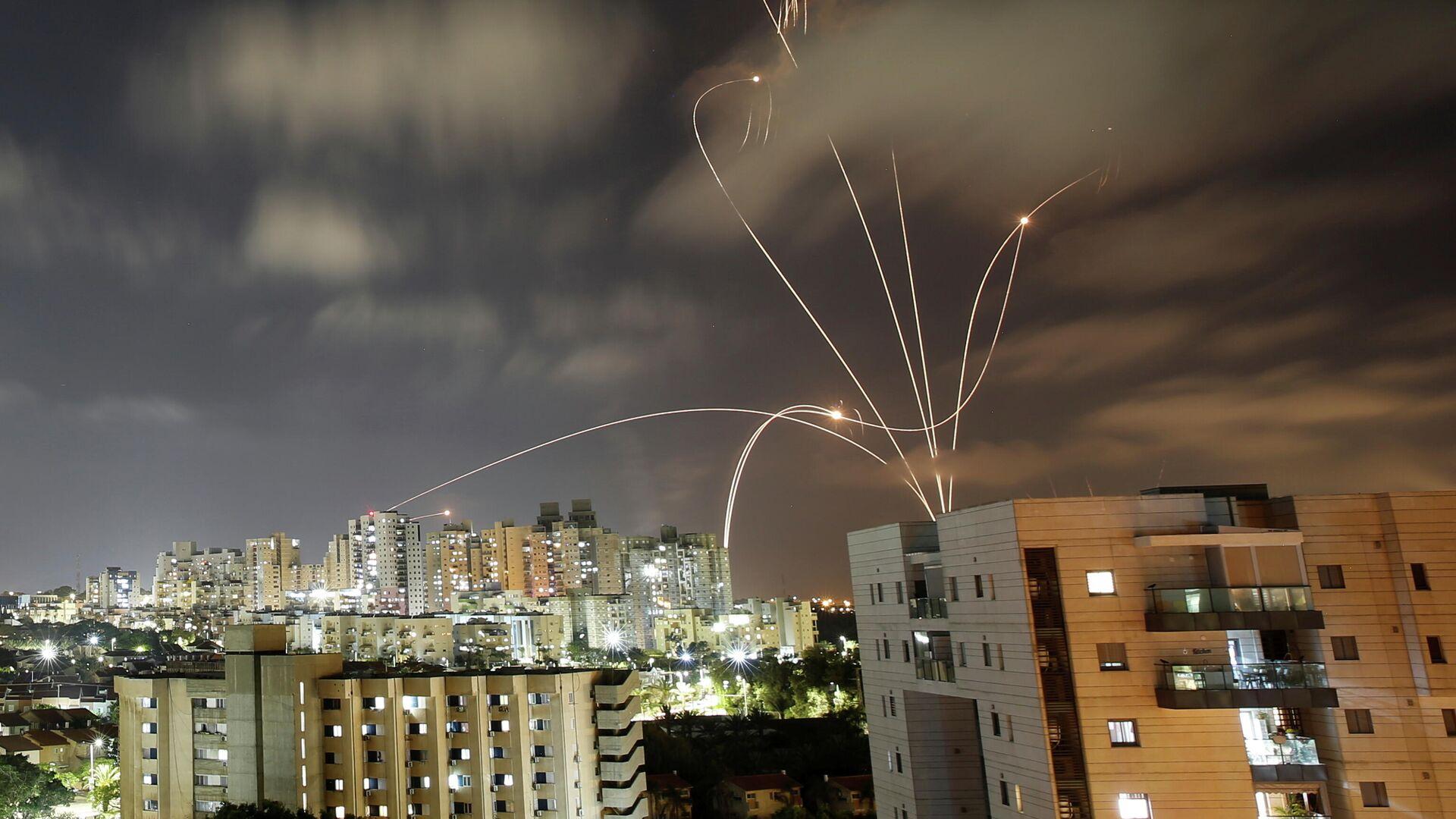 Противоракетная система Железный купол перехватывает ракеты, запущенные из сектора Газа в направлении Израиля - РИА Новости, 1920, 14.05.2021