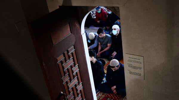 Верующие во время праздничной молитвы в честь Ураза-байрама в Екатеринбурге