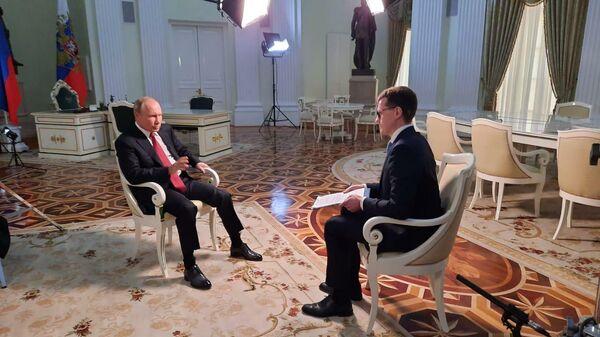 Президент РФ Владимир Путин и автор и соведущий программы Москва. Кремль. Путин Павел Зарубин