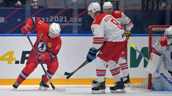 Президент РФ Владимир Путин в составе команды Легенды хоккея принимает участие в гала-матче со сборной Ночной хоккейной лиги в Сочи
