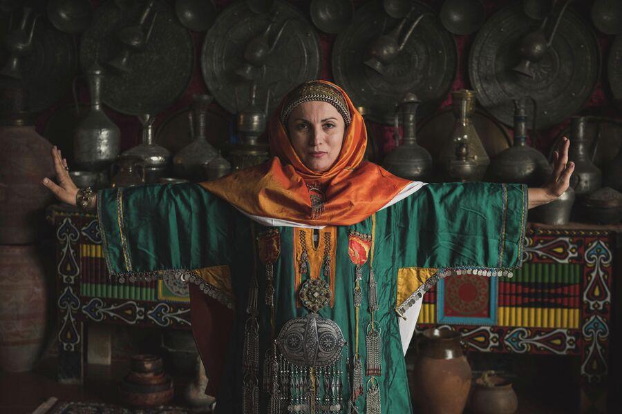 Женщина народности лакцы в традиционном свадебном платье