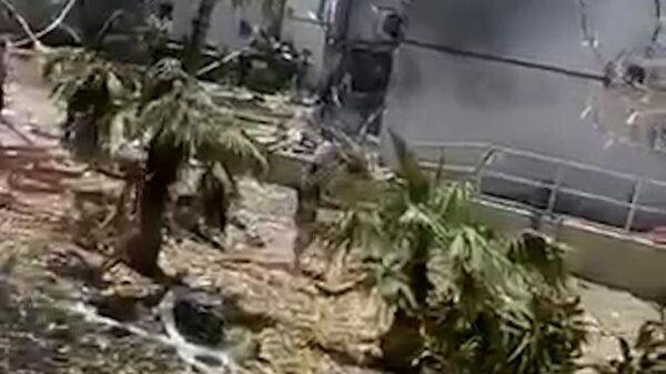 Последствия попадания ракеты в жилой дом в Ашдоде
