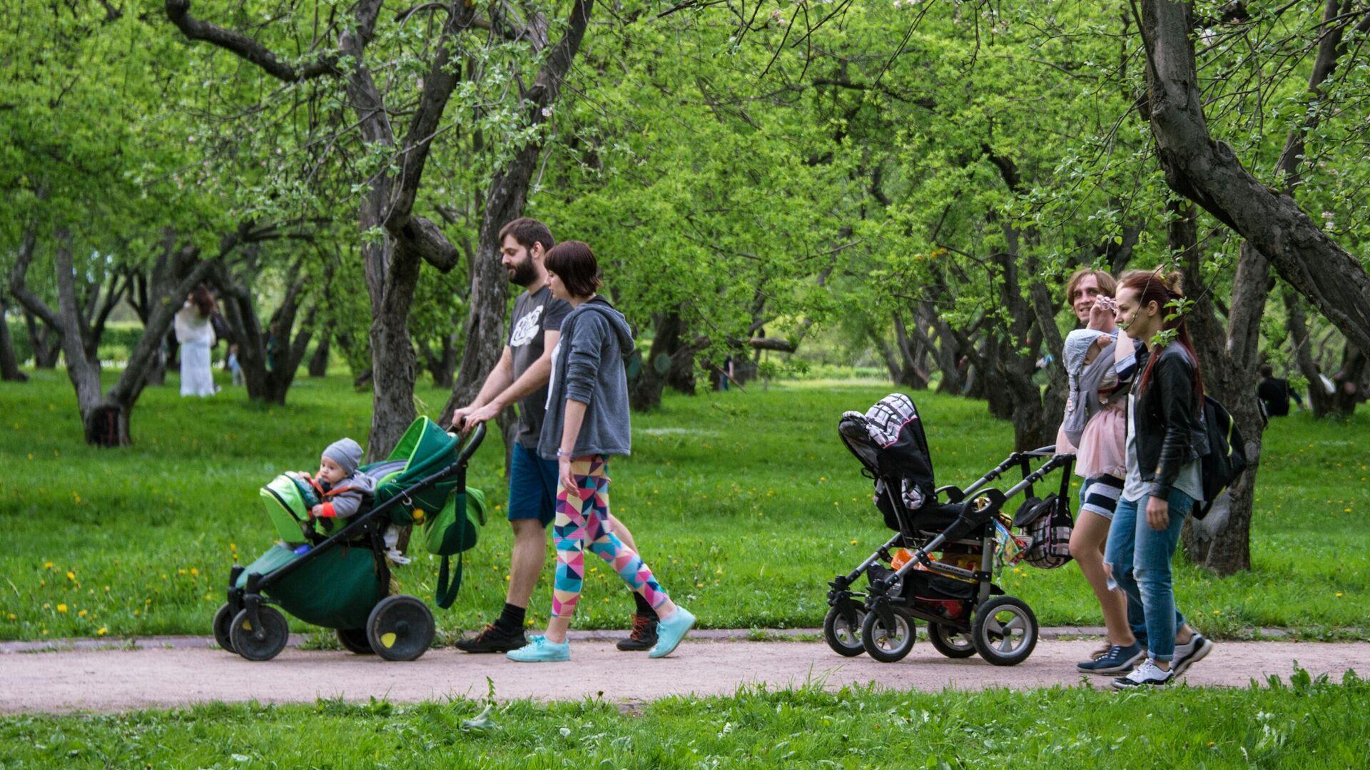 Горожане отдыхают в яблоневом саду в московском музее-заповеднике Коломенское - РИА Новости, 1920, 17.05.2021
