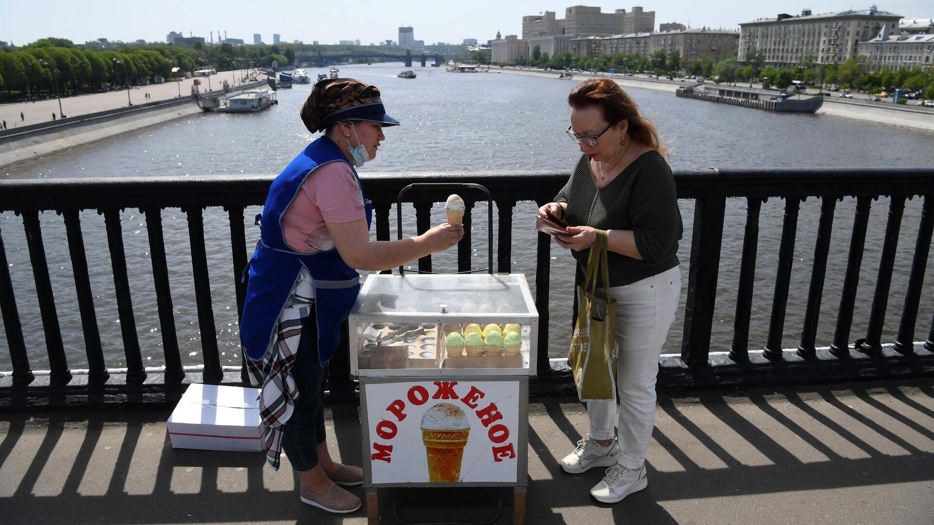 Женщина покупает мороженое на Крымском мосту в Москве - РИА Новости, 1920, 19.05.2021