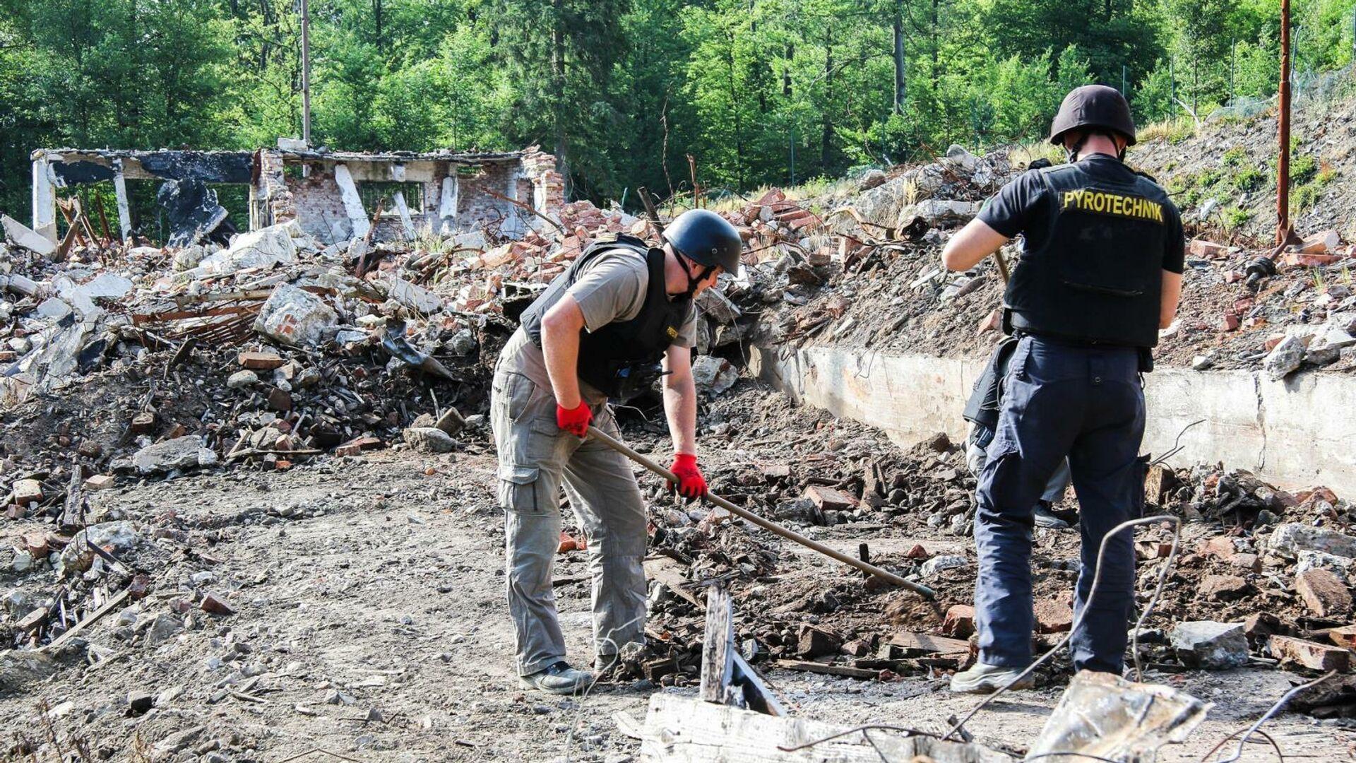 Сотрудники чешских правоохранительных органов на месте взрыва на военном складе в Врбетице - РИА Новости, 1920, 30.07.2021