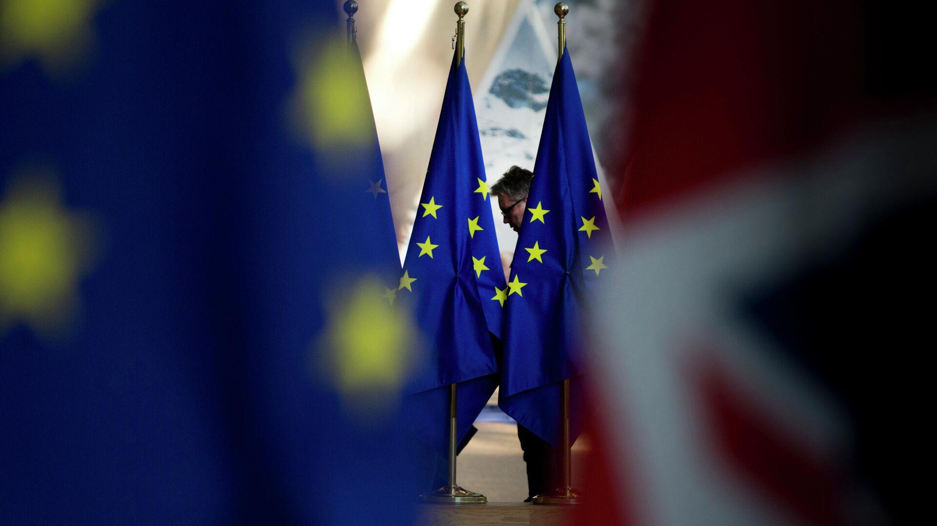 Флаги Евросоюза в здании Совета Европы в Брюсселе - РИА Новости, 1920, 17.06.2021