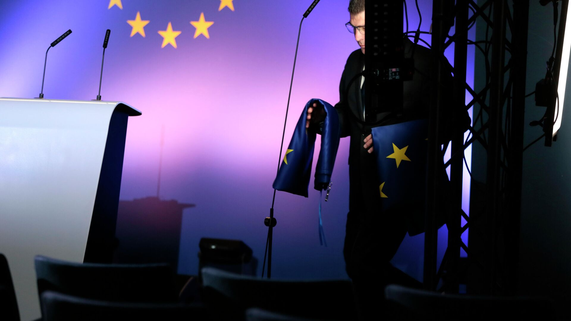 Сотрудник службы протокола с флагами ЕС в штаб-квартире Евросоюза в Брюсселе - РИА Новости, 1920, 19.07.2021