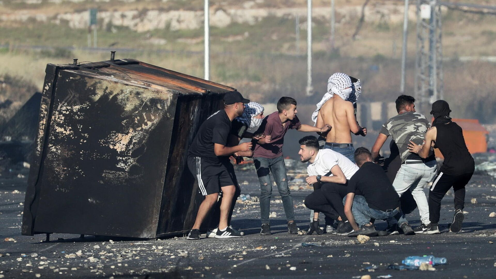 Столкновения между палестинцами и израильскими силами безопасности недалеко от поселения Бейт-Эль в районе Рамаллаха на Западном берегу - РИА Новости, 1920, 18.05.2021