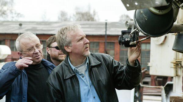 Режиссер Джеймс Кэмерон и Анатолий Сагалевич осматривают техническое оборудование для съемок